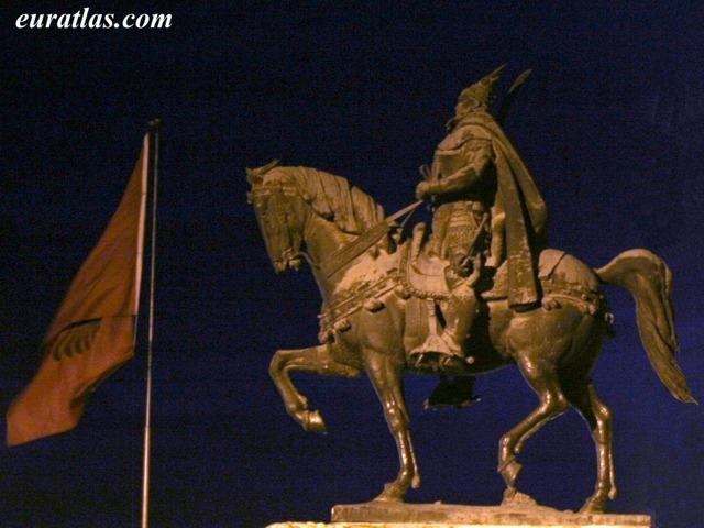 Cliquez ici pour télécharger Skanderbeg Statue by...